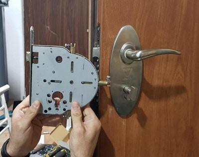 החלפת מנגנון לדלת פלדלת